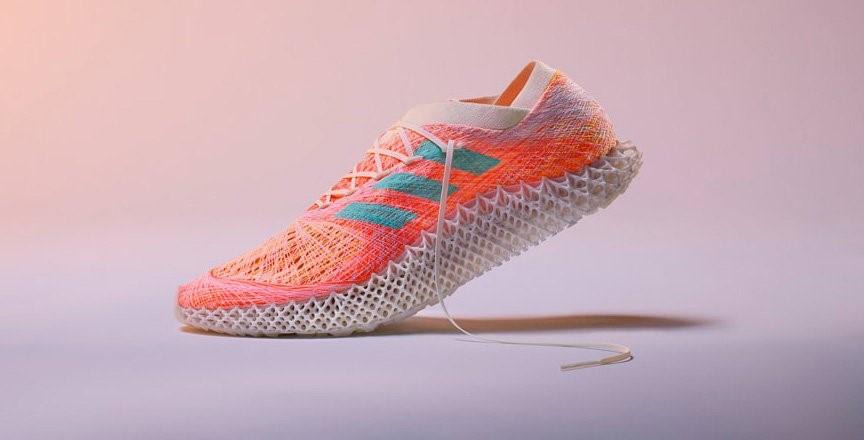 نمای نزدیک کفش Futurecraft.Strungآدیداس با کفی میانی پرینت سه بعدی شده
